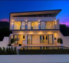 Belle villa avec piscine pendant le coucher de soleil