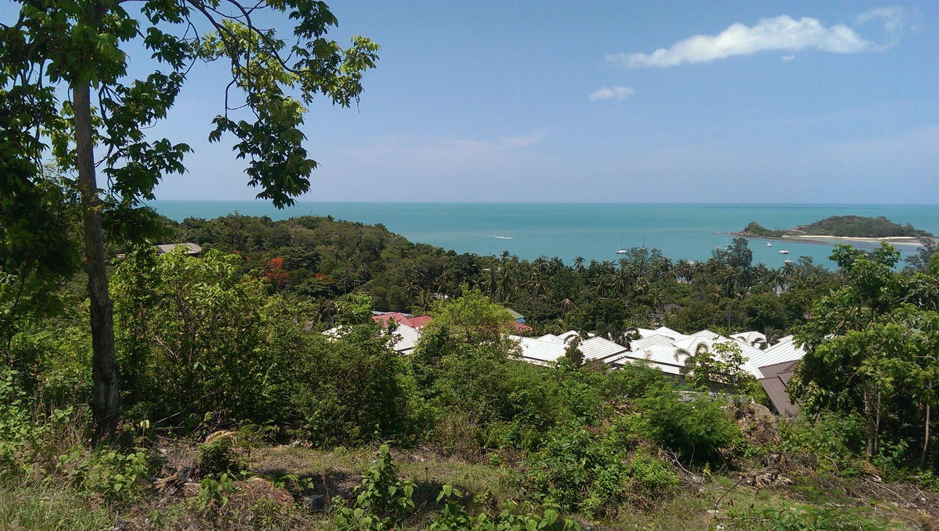Beau terrain vue mer sur la colline