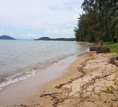 Beau plot de terrain sur la plage