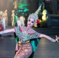 执行传统泰国舞蹈的传统泰国服装的妇女。