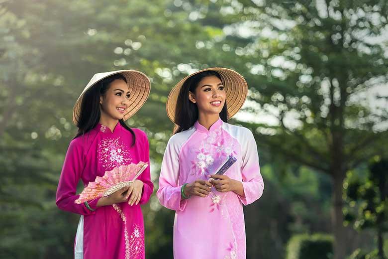 传统泰国衣物的两名泰国妇女。