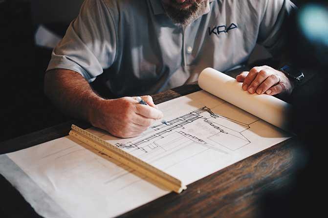 建筑师在起草桌上工作。