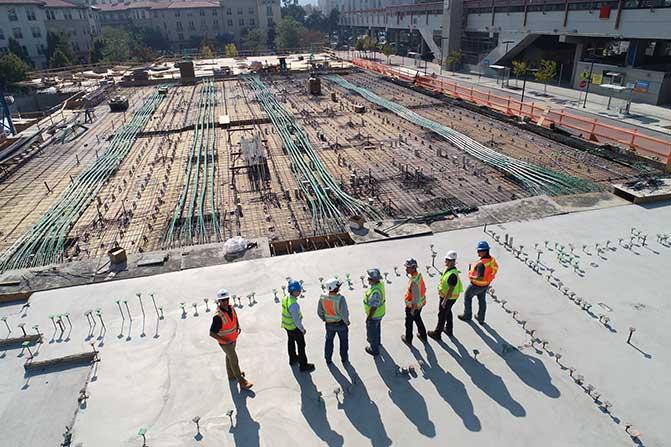 在大型建筑工地上戴着安全帽的建筑工人。