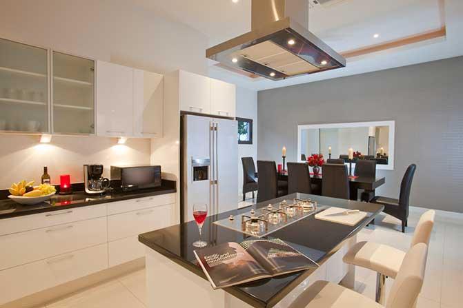 别墅厨房内部;泰国苏梅岛。