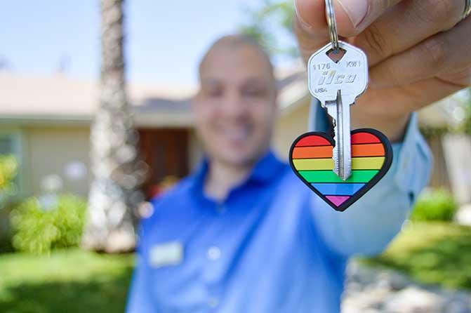 Homme tenant une clé de la maison.