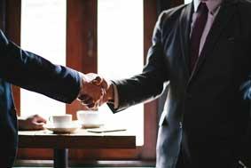 Hommes d'affaires se serrant la main.