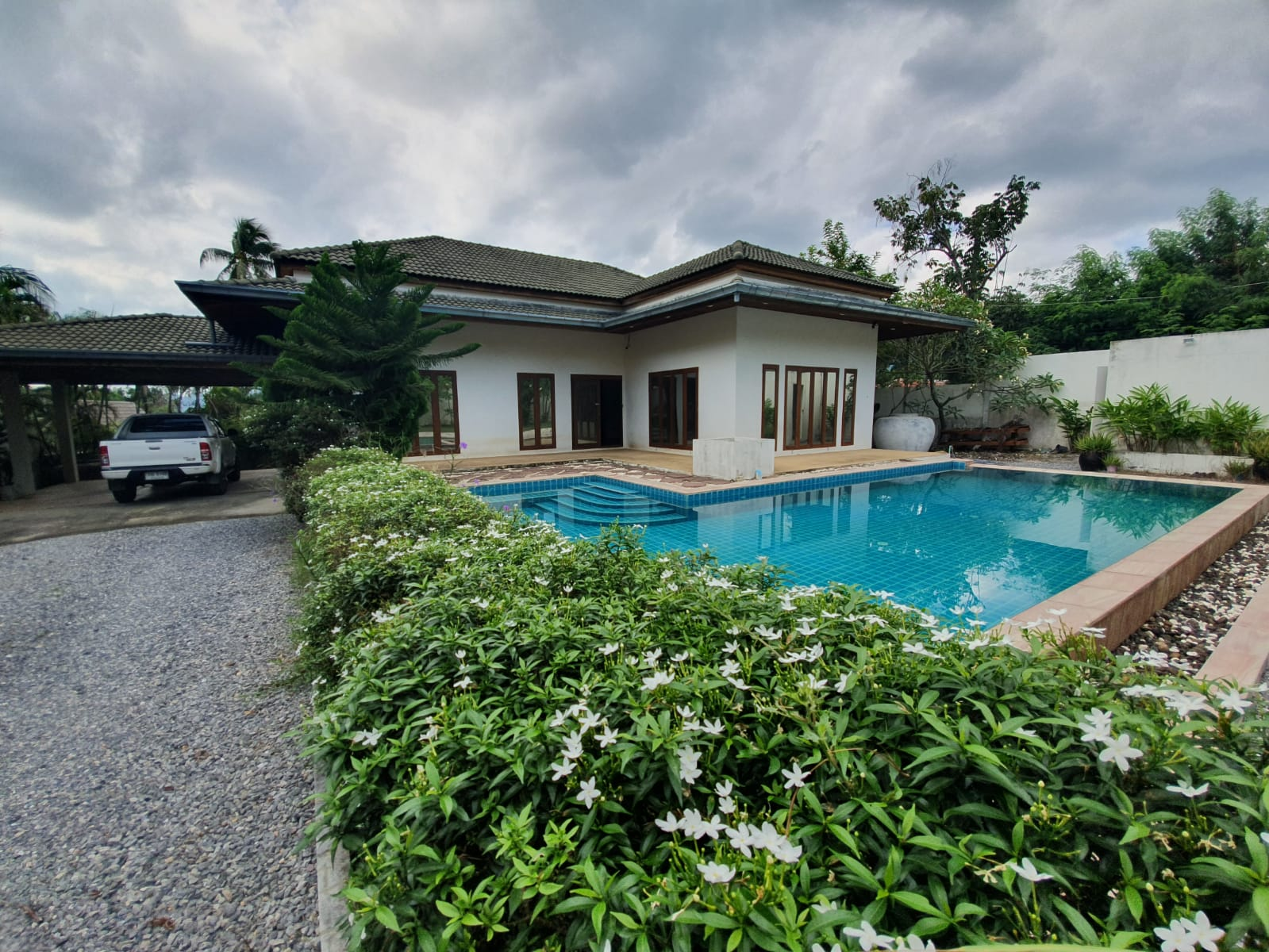3 bedroom garden villa with boundary wall